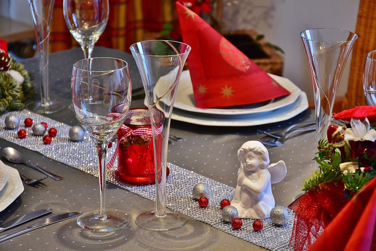 Opter pour une décoration de table originale pour Noël avec des serviettes en papier